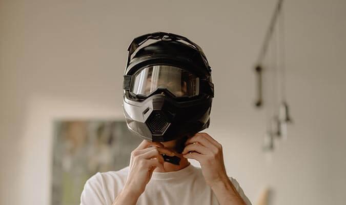 Hombre poniéndose un casco modular